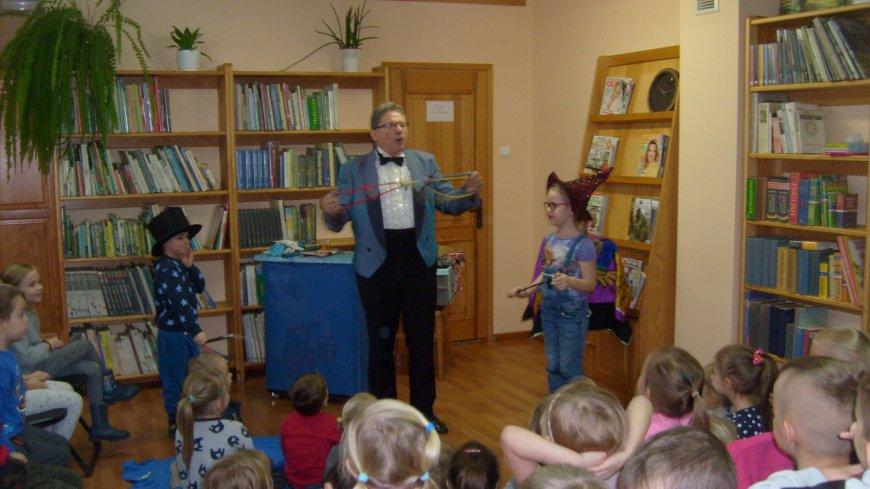 Spotkanie przedszkolaków z iluzjonistą